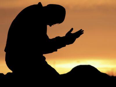 آیا در خانه ای که سگ نگهداری می شود عبادت و دعای کسی که در آن خانه هست مورد قبول واقع نمی گردد آیا در خانه ای که سگ نگهداری می شود عبادت و دعای کسی که در آن خانه هست مورد قبول واقع نمی گردد پرسش آیا درست است می گویند در خانه ای که در آن سگ نگاهداری می شود عبادت و دعای کسی که در آن خانه هست مورد قبول خداوند واقع نمی گردد؟ پاسخ اجمالی اگر نگهداری سگ برای منافع واقعی مانند نگهبانی منازل، دام و یا شکار و یا جهت کاربردهای جدیدی همانند جستجوی مواد منفجره، مواد مخدر و نیز عملیات امداد و نجات در زلزله ها و بلایای طبیعی و موارد مشابه دیگری باشد اشکالی ندارد اما اگر تنها برای سرگرمی و بدون داشتن فایدة قابل اعتنایی باشد، این کار موجب قبول نشدن برخی عبادات می گردد. پاسخ تفصیلی نگهداری سگ در دو شیوه متفاوت آن از نظر اسلام دارای دو حکم متفاوت است به این ترتیب که: الف: گروهی از سگها دارای منافع واقعی برای انسانها بوده و از آنها برای نگهبانی منازل، دام و یا شکار استفاده می شده که اکنون کاربردهای جدیدی همانند جستجوی مواد منفجره، مواد مخدر و نیز عملیات امداد و نجات در زلزله ها و بلایای طبیعی و موارد مشابه دیگری نیز به کاربردهای قبلی سگ ها اضافه گردیده است . نظر به اینکه از دیدگاه اسلام، انسان اشرف مخلوقات بوده و سایر موجودات در خدمت انسان می باشند[1]، سگ ها نیز استثنایی بر این قاعده نبوده و نگهداری آنها در صورت داشتن فایده و کاربردی واقعی، ایرادی ندارد که نمونه ای از آن را در قرآن نیز می یابیم که سگ اصحاب کهف همانند خود آنها به غار رفته و در ورودی غار به استراحت می پرداخته است[2] . در جای دیگری از قرآن، به شکار توسط سگ آموزش دیده اشاره شده است[3] که فقهای بزرگوار از جمله حضرت امام (ره) بر مبنای آن، خوردن حیواناتی که توسط سگ شکار شده را ؛حتی اگر شرایط عادی ذبح شرعی در آن رعایت نشده باشد؛ مجاز شمرده شده اند[4] . ب: در شیوه ای دیگر، نگهداری سگ توسط انسان، برای استفاده از فواید و منافع آن نبوده بلکه تنها برای سرگرمی و خوشگذرانی می باشد . دین اسلام از اساس با سرگرمی های بی فایده ای که هیچ منفعتی برای انسانها نداشته بلکه آنان را از یاد خدا و نیز حضور در اجتماع و انجام کارهای مفید و یاری هم نوعان باز می دارد مخالف است، و این مخالفت، اختصاصی هم به نگهداری سگ ندارد بلکه شامل سرگرمی های دیگری 