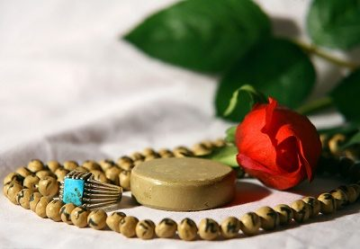 کسی که نمی داند نماز و روزه قضا دارد چه کند؟